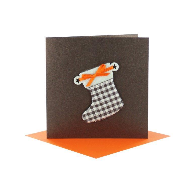 Grußkarten Weihnachten quadratisch braun mit aufgearbeiteten Stiefel, orangefarbener Schleife für Geldgeschenke mit Kuvert orange